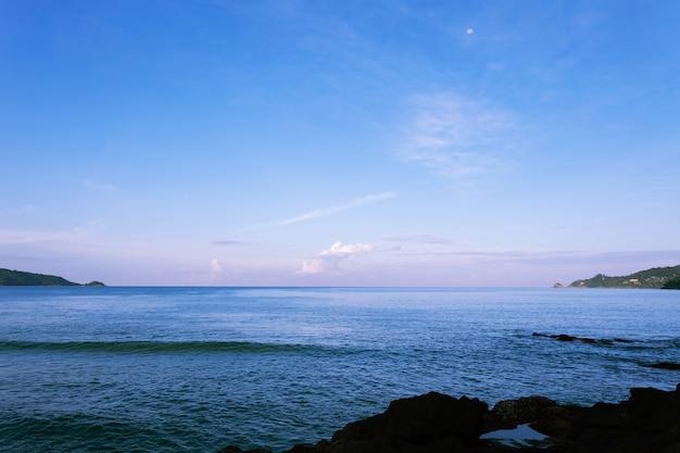 Seascape bela luz no tempo da manhã em phuket tailândia