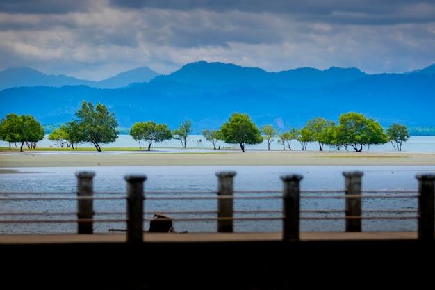 Seascape bonito do parque nacional do filho do laem ranong do sul de tailândia
