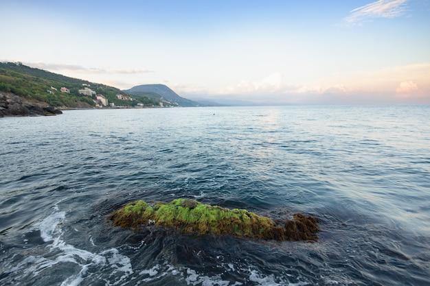 Seascape com montanhas e costa rochosa. ondas espumosas azuis. crimeia, rússia.
