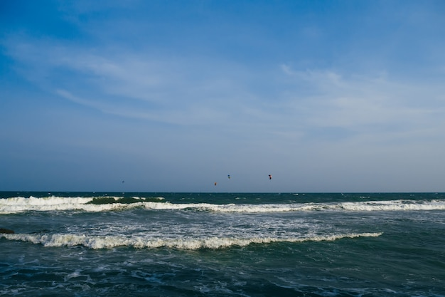 Seascape com ondas do mar e céu, horizonte