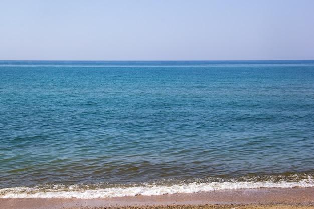 Seascape da costa de areia e ondas do mar negro