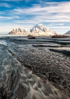Seascape, de, sulcos, areia, com, montanha neve, e, céu azul, em, oceano ártico, em, amanhecer, manhã