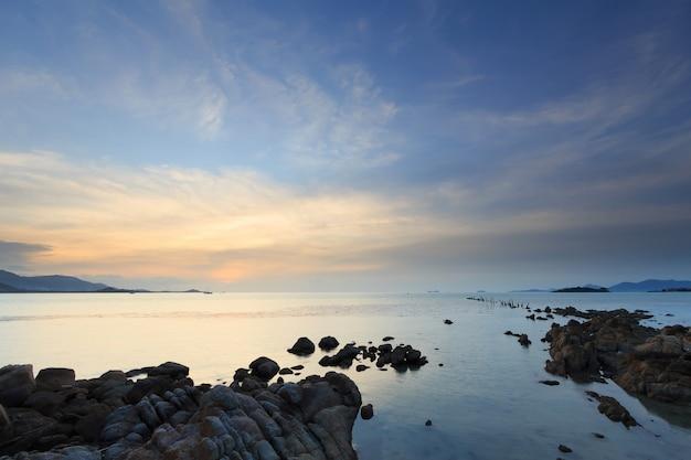 Seascape do sol com fantástica ponte de pedra, ilha de samui, tailândia