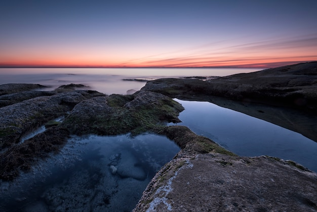 Seascape durante o nascer do sol
