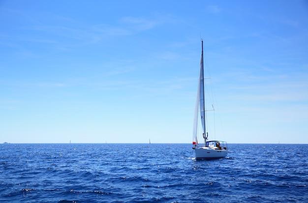 Seascape - horizonte do mar e iate pequeno