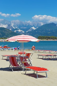 Seascape italiano. praia, mar e montanha. resort na praia.