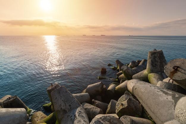 Seascape lindo pôr do sol