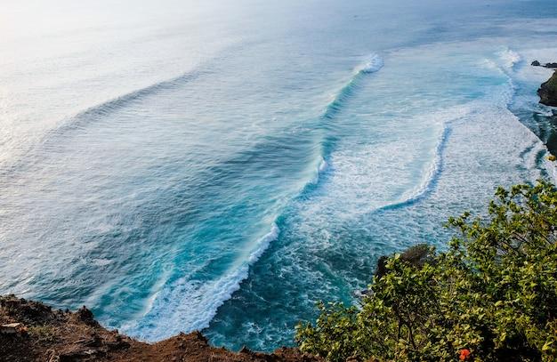 Seascape, oceano ao pôr do sol. bali, indonésia.