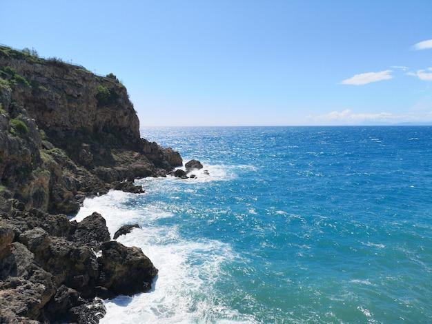 Seascape surpreendente e céu bonito