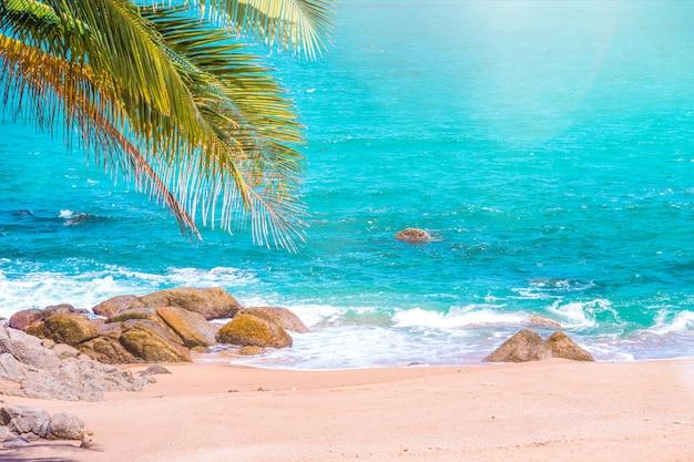 Seascape tropical, pôr do sol com o céu bonito no ponto de vista promthep cape phuket tailândia