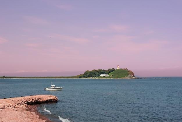 Seascapes brilhantes com parte da costa é o seixo