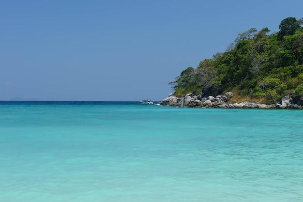 Seawater de turquesa na província tailândia de phuket da ilha de racha.