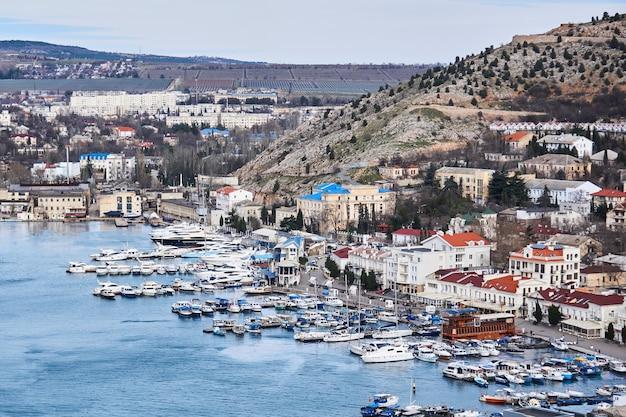 Sebastopol, crimeia - 2 de fevereiro de 2021: vista de inverno do porto na baía de balaklava