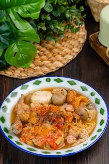 Seblak é um prato salgado e picante do sudão originário da região do sudão em java ocidental