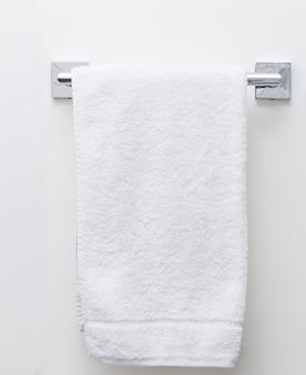 Secador de toalhas de banheiro moderno na parede branca