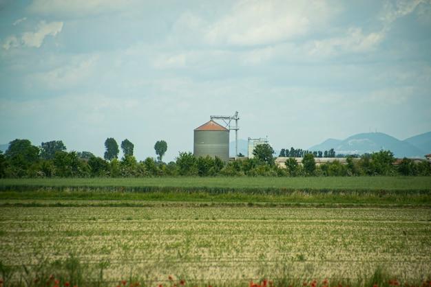 Secador na paisagem rural na primavera