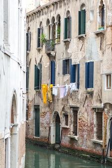 Secagem de roupa pendurada alta em veneza itália