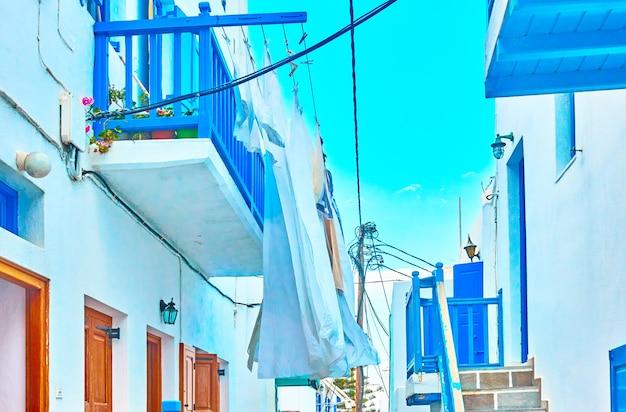 Secagem de roupas em sacadas em mykonos, grécia