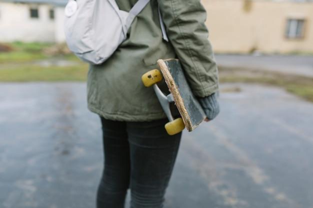 Seção baixa, de, femininas, patinador, ficar, com, skateboard