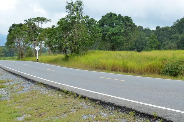 Seção da estrada de asfalto em uma área rural