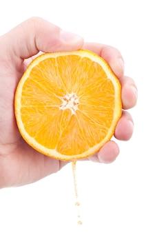 Seção de laranja suculenta em mãos