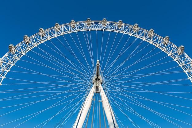 Seção de london eye, roda gigante, contra o céu azul claro