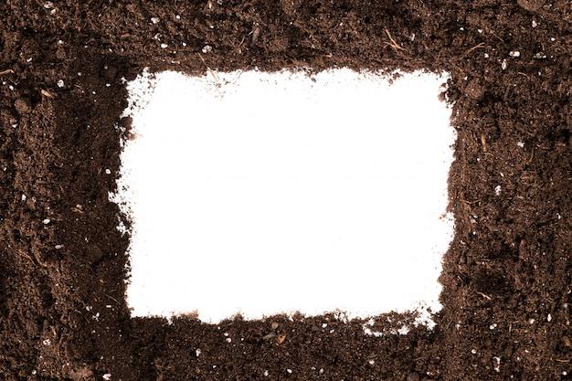 Seção de solo ou sujeira isolada na superfície branca