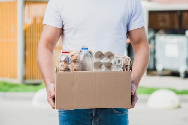 Seção intermediária da caixa de papelão reciclável com item reciclável