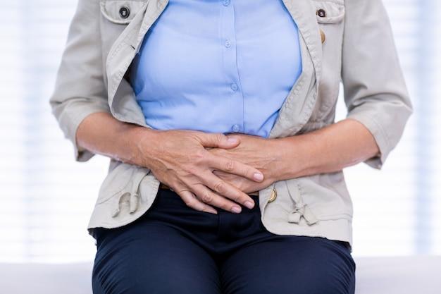 Seção intermediária da paciente do sexo feminino que sofre de dor de estômago