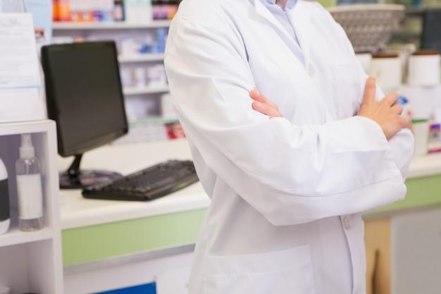 Seção intermediária do farmacêutico júnior com braços cruzados