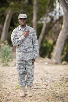 Seção intermediária do soldado fazendo juramento no campo de treinamento