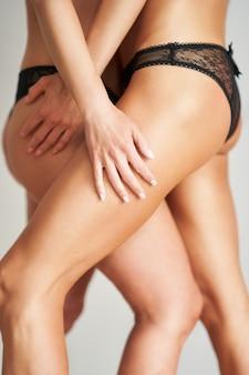 Seção mediana de duas meninas em lingerie. foto de alta qualidade