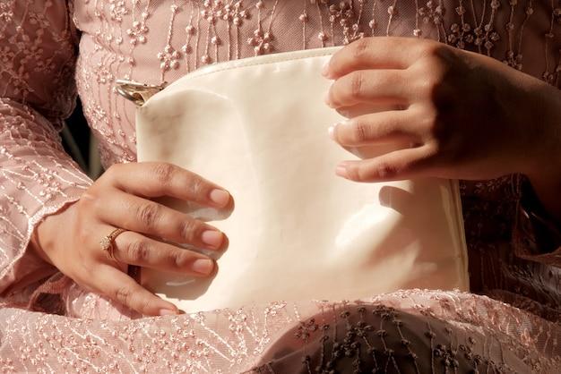 Seção mediana de mulher carregando bolsa