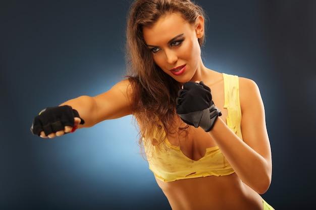Seção mediana de mulher em pose de boxe