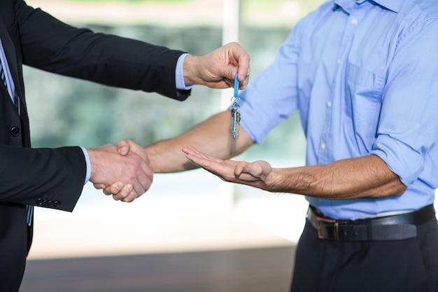 Seção mestra do homem que dá a chave do recurso ao cliente