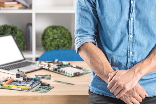 Seção mid, de, macho, técnico, ficar, frente, tabela, com, modernos, pc, hardware computador, equipment's