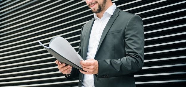 Seção mid, de, um, homem negócios, verificar, a, documentos, em, a, pasta