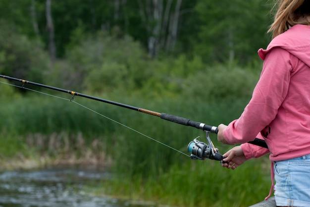Seção mid, vista, de, um, menina, pesca, parque nacional montanha, manitoba, canadá