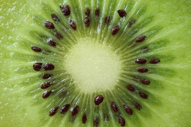 Seção transversal de verde fresco e suculento kiwi fruit