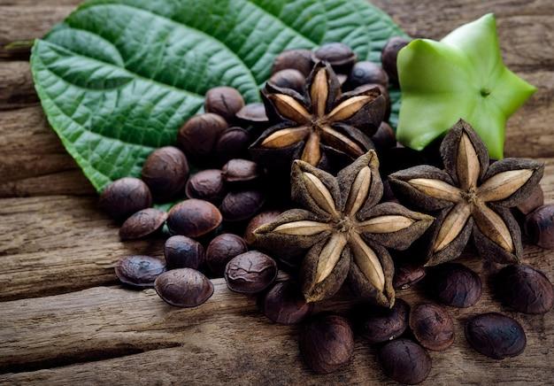Secas cápsula sementes de frutas de amendoim sacha-inchi em madeira