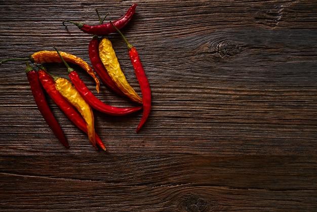 Secas pimentas quentes em madeira envelhecida