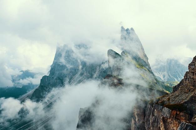 Seceda topo da montanha em nuvens