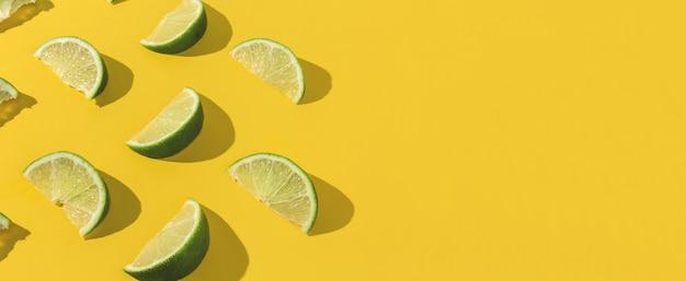 Seções de limão dispostas em abstrato amarelo