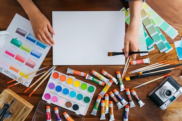 Secretária de artistas com elementos de pintura