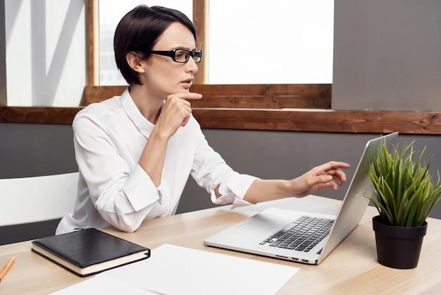 Secretária de mulher de negócios mesa de trabalho escritório laptop comunicação