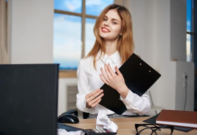 Secretária de mulher de negócios sentada na mesa do escritório