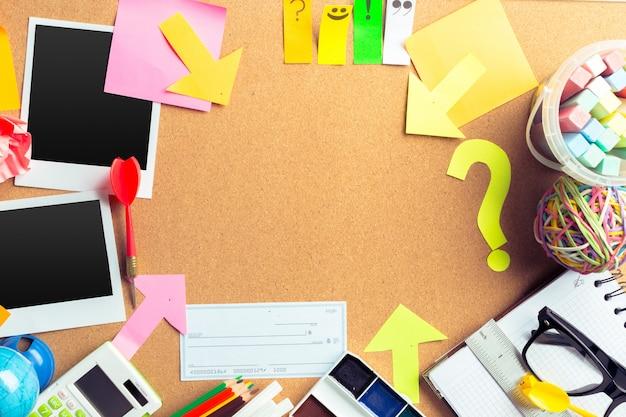Secretária de um artista com muitos objetos de papelaria com copyspace