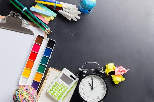 Secretária de um artista com muitos objetos de papelaria