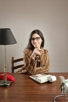 Secretária do contabilista retro mulher vintage office
