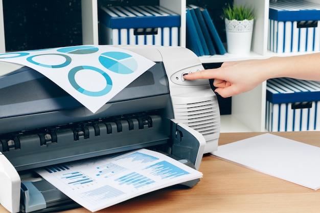 Secretária feminina fazendo fotocópias na máquina xerox no escritório